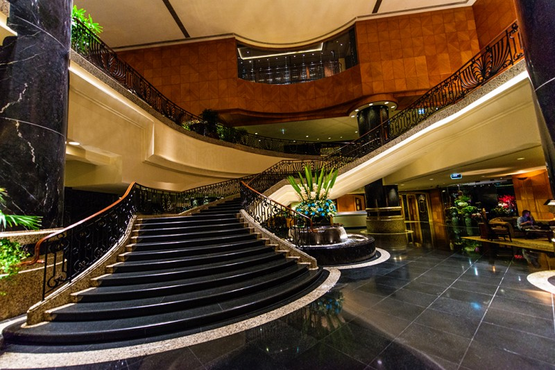 grand-hyatt-hong-kong-flowers-fountain-stairs