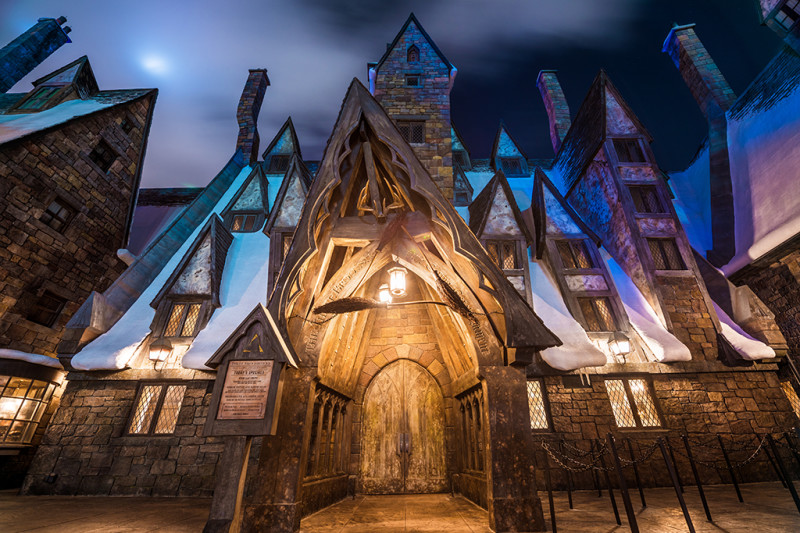 three-broomsticks-night-wizarding-world-harry-potter