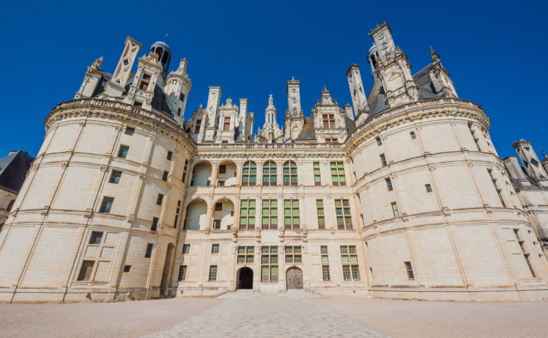 entrance-cha%cc%82teau-de-chambord-loire-valley-france